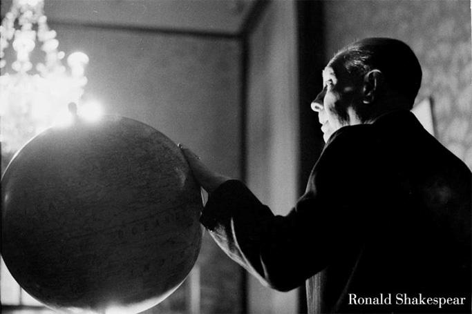 Jorge Luis Borges (1965)  Retrato en la vieja Biblioteca de la calle México.